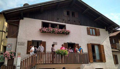 A képen épület, égbolt, kültéri, ház látható  Automatikusan generált leírás